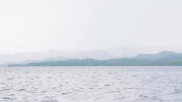 fermer les détails des vagues d'eau de mer du bateau en indonésie. video