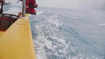 sillage de bateau blanchi dans une mer vers une île tropicale exotique. video