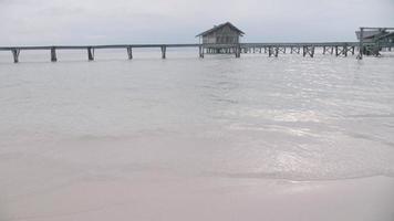 vagues de la plage clapotant le rivage dans un complexe hôtelier. video