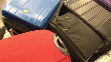 equipaje en carrusel de equipaje a la llegada al aeropuerto. video