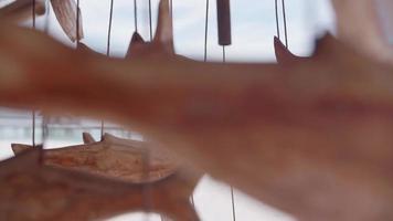 un poisson mobile en bois suspendu et tournant dans le vent de brise dans un complexe hôtelier de l'île. video