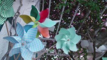 pinwheels snurrar i den blåande vinden i Grekland. video