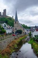 Pintoresco pueblo de Monreal con el castillo de Lowenburg en el fondo, la región de Eifel, Alemania foto