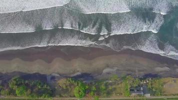 vista aérea do drone da praia na Indonésia. video