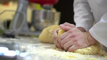 cozinhe preparando massa para macarrão, massa de cozimento manual na cozinha video