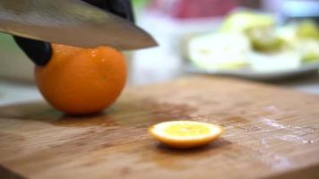 le chef a épluché l'orange du zeste avec un couteau à jus video