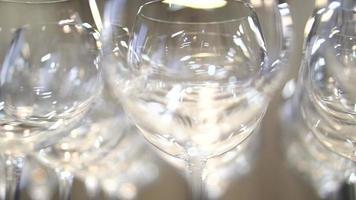 bicchieri di vino vuoti in fila, diversi angoli di ripresa video