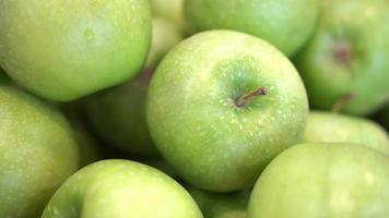 manzanas verdes frescas se encuentran en minsk video