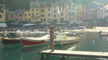 Une femme sur un quai à Portofino, en Italie, une station balnéaire de luxe en Europe. video