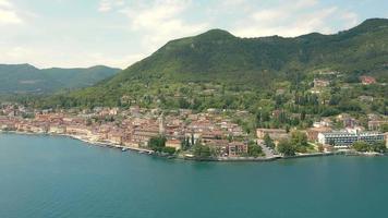 luchtlandschap van gardameer italië met wolken video
