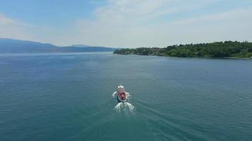 bateau sur le lac de garde video