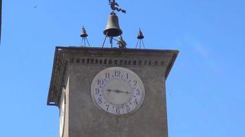 Campanile torre dell'orologio nel villaggio di orvieto, toscana, italia, europa. video