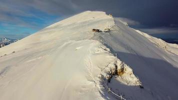 Schneeberge mit vorbeiziehenden Wolken video