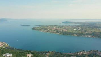 luchtlandschap van het Gardameer en de bergen video