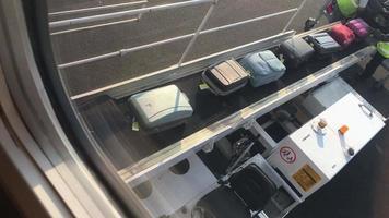 bagagem sendo carregada em um avião. video