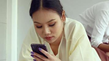 mulheres asiáticas são tratadas por massagistas profissionais em salões de spa. massagem massagem saudável para aliviar a fadiga e relaxar video