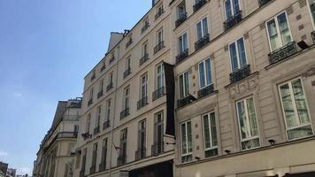 edificios de apartamentos en parís, francia, europa. video