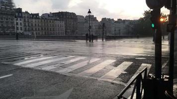 calle lluviosa en parís, francia. video