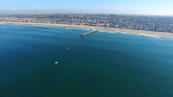 Toma aérea de surfistas remando para protestar en el océano. video