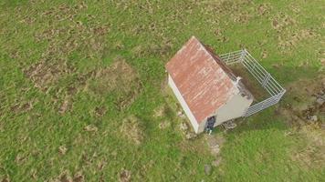 Vista aérea de un corredor de senderos y una pequeña casa. video