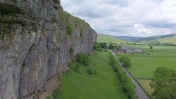luchtfoto van een man die een berg beklimt. video