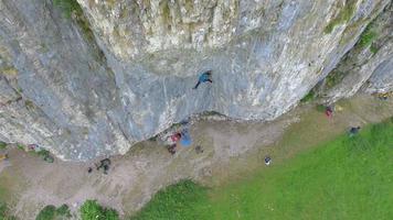 Luftaufnahme eines Mannes, der auf einen Berg klettert. video