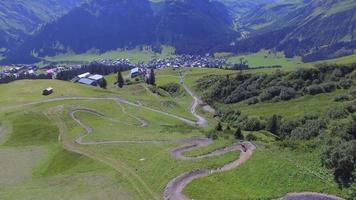 luchtfoto van een mountainbiker op een schilderachtige singletrack-route. video