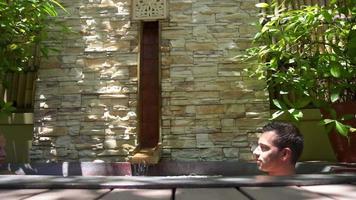 un couple se baignant dans un spa jacuzzi bain à remous bain à remous. video