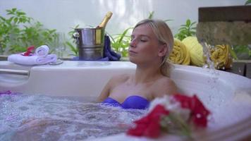 une femme se baignant dans un spa jacuzzi bain à remous bain à remous. video