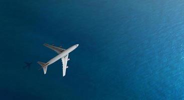 Vista aérea superior del avión vuela sobre un mar, vista desde arriba foto