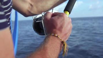 um homem pescando em um barco. video
