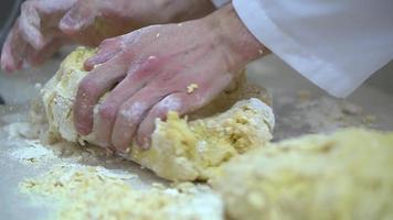cozinhe preparando massa para massa de cozimento manual de massa na cozinha video