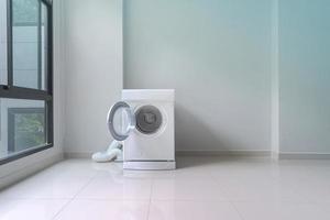Lavadora blanca en lavadero foto