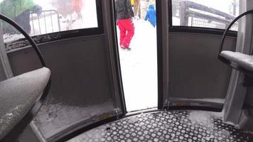 pov eines Snowboarders, der auf einem Aufzug in einem Skigebiet fährt. video