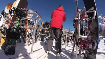Skiständer voller Skier und Snowboards in einem Skigebiet. video