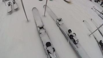 Skier und Snowboards mit Schnee in einem Skigebiet bedeckt. video