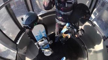 pov einer familie, die mit ihren snowboards in einem skigebiet spaziert. video