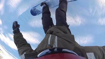 pov eines Snowboarders, der in einem Skigebiet bergab fährt. video