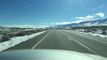 pov des Fahrens in den Bergen im Winter mit Schnee. video
