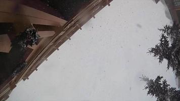 Schnee fällt schneit in einem Skigebiet. video