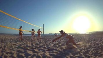 pov de jogadoras jogando vôlei de praia com uma garota mergulhando para cavar uma bola. video