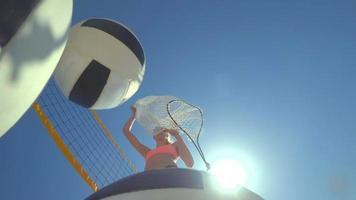 point de vue de femmes de beach-volley et d'une joueuse sortant les balles d'un sac. video