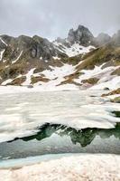 Lago ponteranica en los alpes orobie hasta el deshielo foto