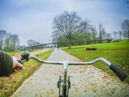 paseo en bicicleta en el parque de amsterdam foto