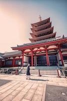 Pagoda senso-ji y templo por la noche en tokio, japón foto
