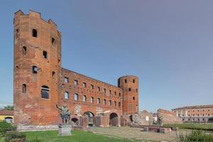 Las torres palatinas, una antigua puerta de la ciudad romana en el casco antiguo de Turín, Italia foto