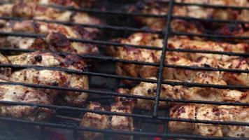 leckeres Hähnchen auf Grillfeuer video