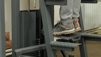 un uomo fa sport in palestra fitness stile di vita sano video