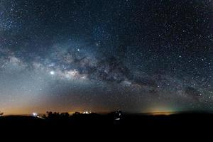 la vía láctea es nuestra galaxia y luz zodiacal foto