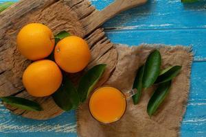 naranja fresca sobre un fondo de mesa de madera foto